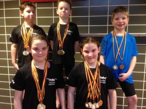 Junge Schwimmer bei Bezirksjahrgangsmeisterschaften