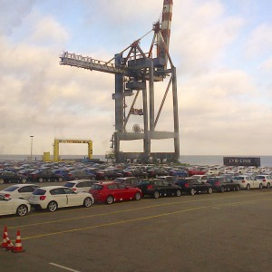 Containerhafen - Die Autos Warten Auf Ihre Abholung