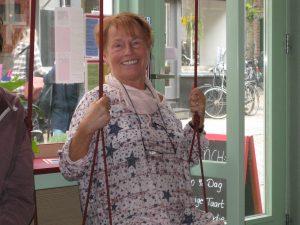 Monika im Cafe auf der Schaukel