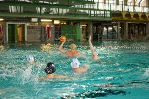Kämper und Klaus entscheiden Wasserballspiel